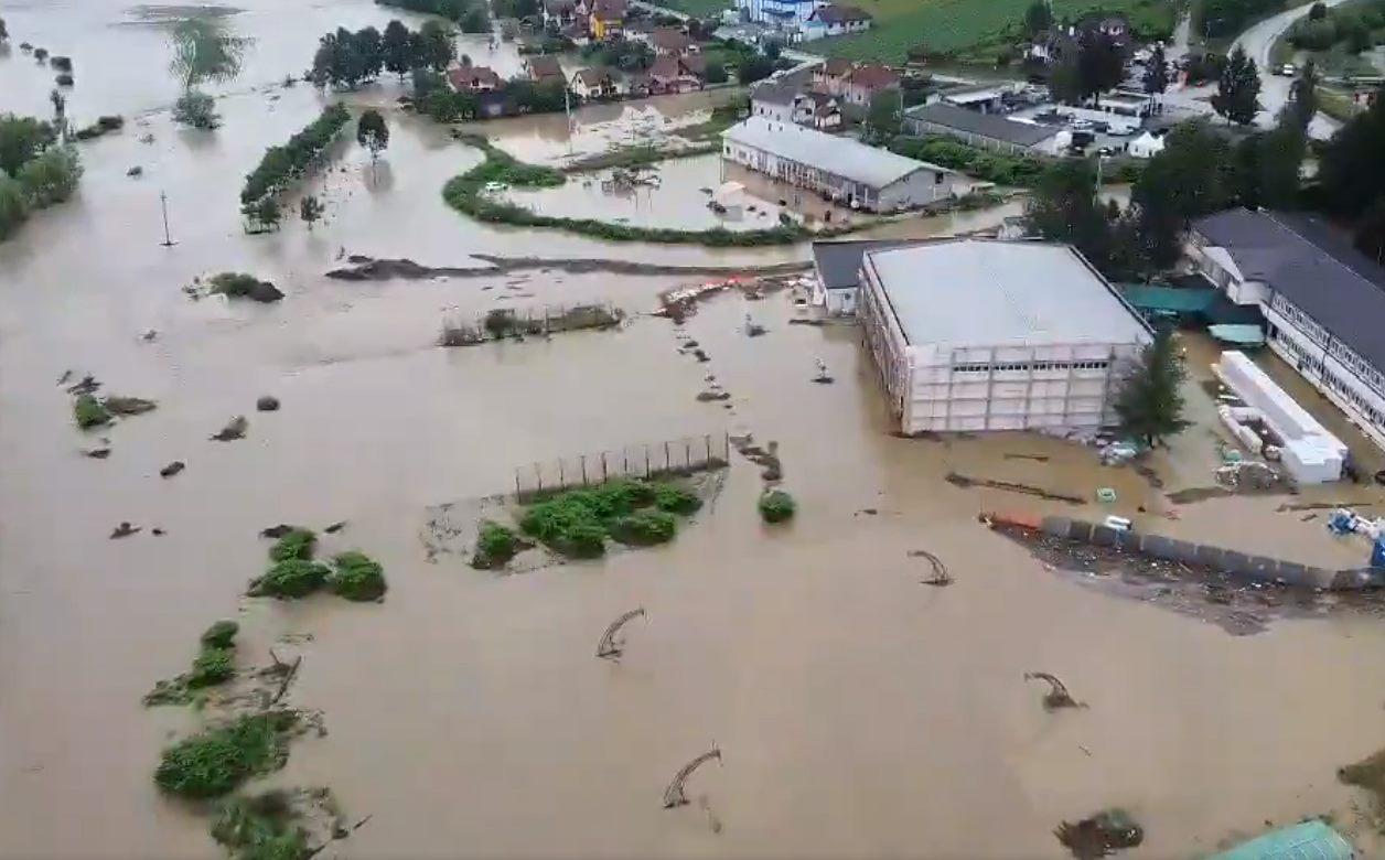 Poplave u Srbiji: Vanredna situacija u 20 opština, kuće pod vodom, srušeni mostovi