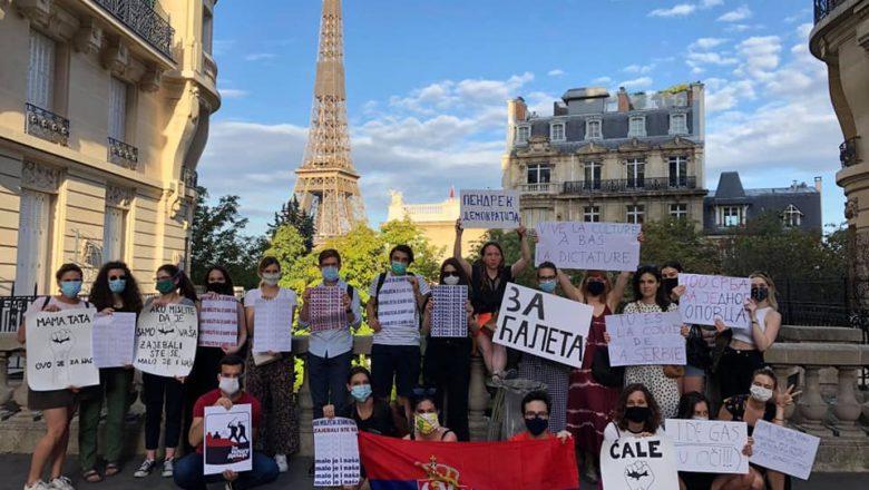 """Srpski studenti poslali jasnu poruku Vučiću u Parizu: """"Ti si kovid Srbije"""""""
