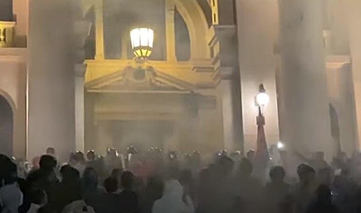 Dan posle: Suzavac i pendreci rasterali demonstrante (VIDEO)