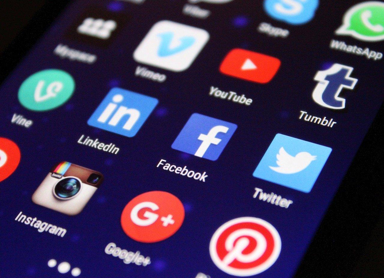 Ljudi informisani putem društvenih mreža više veruju u teorije zavere