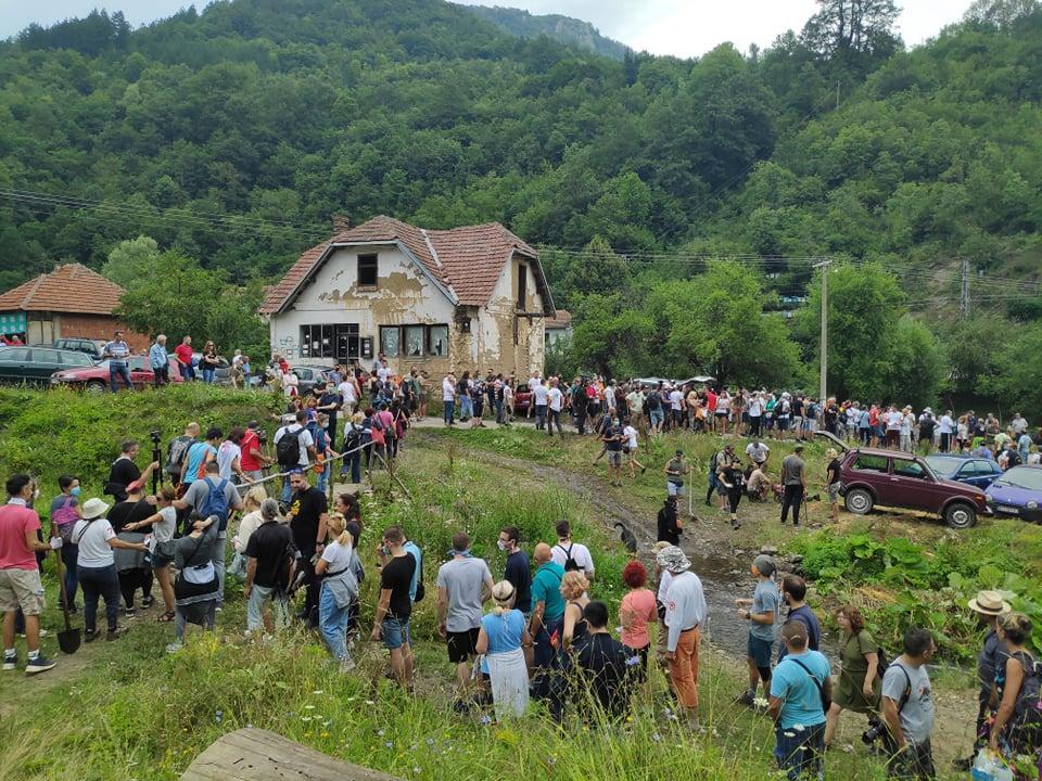 Rakita: Okupljeni građani razbili cevi za mini- hidroelektrane