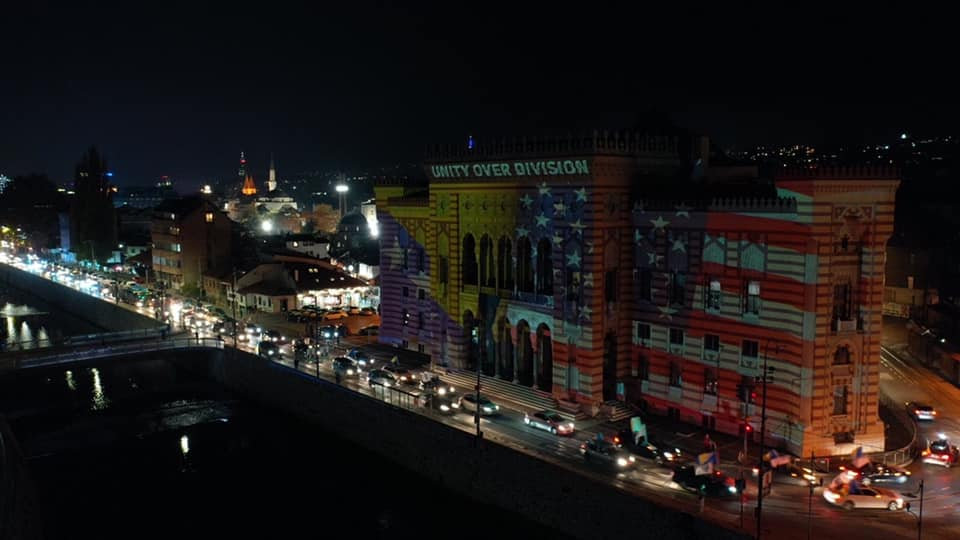 U čast pobede Džoa Bajdena: Sarajevska Većnica u bojama američke zastave