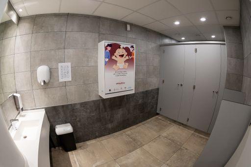Previjalica za bebe u muškom toaletu Kombank Dvorane u Beogradu