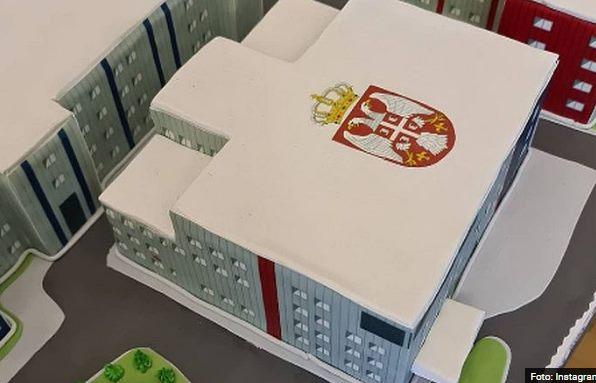 Obolelima sigurno nije do slatkiša: Vučić dobio tortu u obliku kovid bolnice u Kruševcu