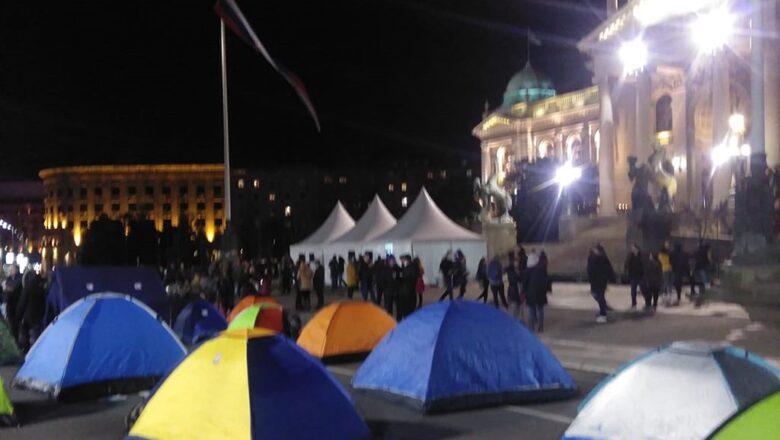 Protest kao znak upozorenja: Frilenseri kampuju ispred Skupštine Srbije